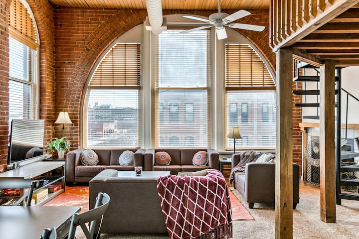 Bright 2-bedroom Old Market loft ♥ 1,300sqft condo