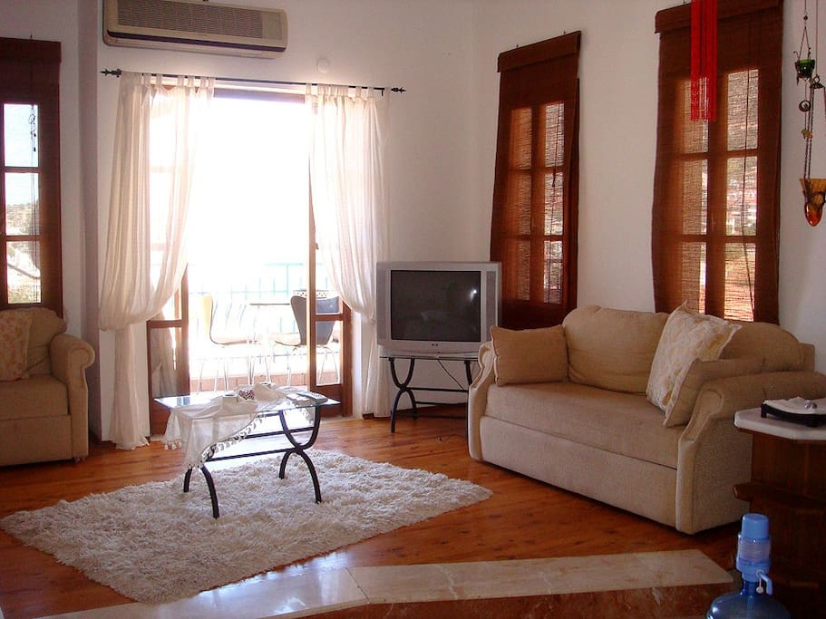 Comfortable livingroom and balcony with a wonderful sea view at front.