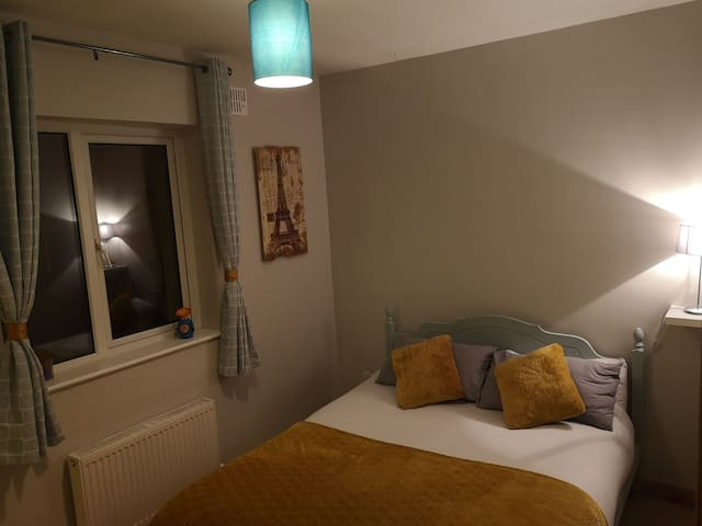 Strandhill King room, mountain view in a cosy home