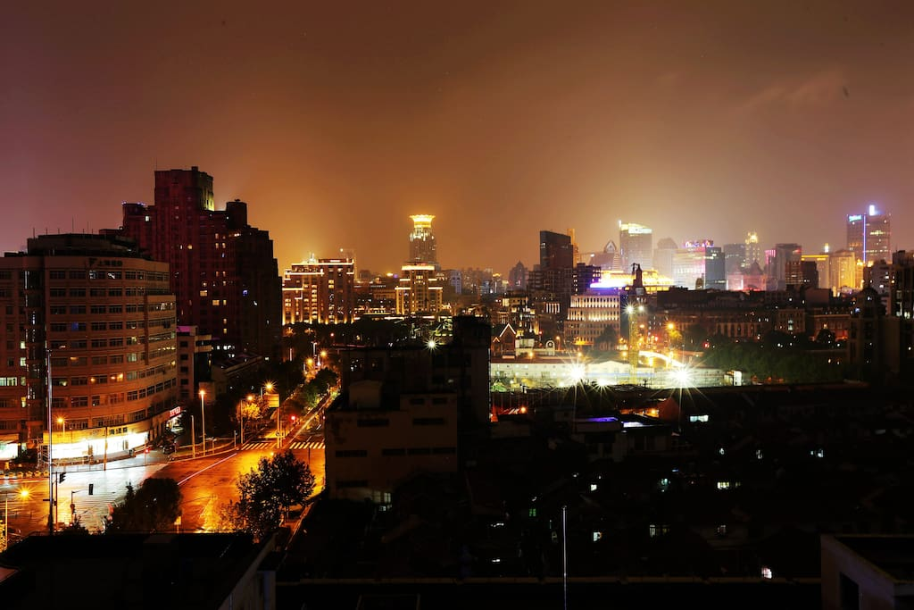The night view that u will see from the window. You will have a taste of old day fashion at one end and a new metro side on the other end of the streets. 夜幕降临后窗户外景色,并且你会体验到上海新旧两种城市景观的碰撞