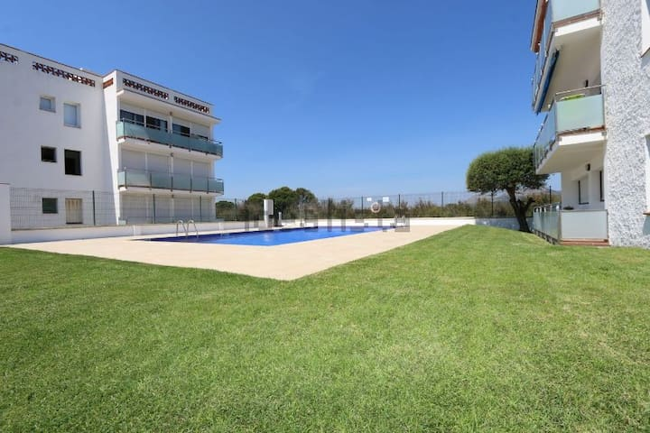 Cheap apartment + pool, few minutes from the beach