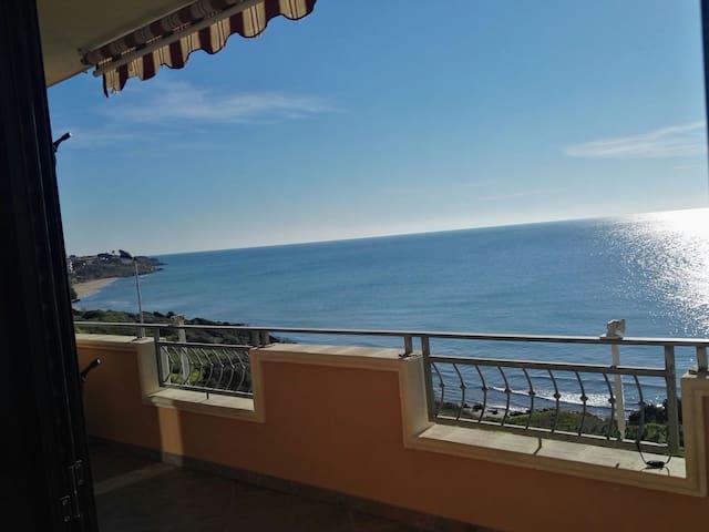 Appartamento con terrazzo  sul mare. Vedere l'alba e una vista mozzafiato  anche dal letto in cui ti trovi è un esperienza unica
