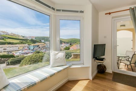 Modern 3 Bed Apartment, Hope Cove,  50m to beach!