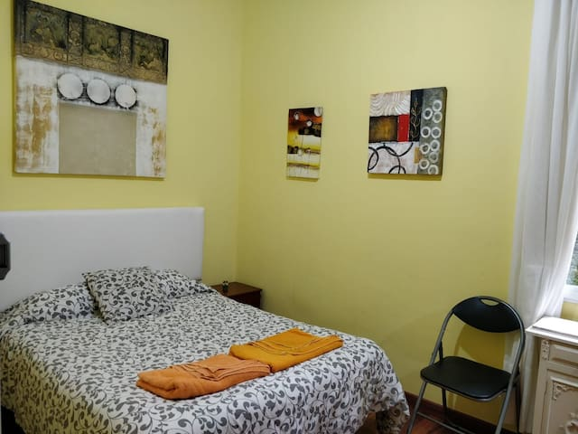Friendly room with bathroom (posible parking)