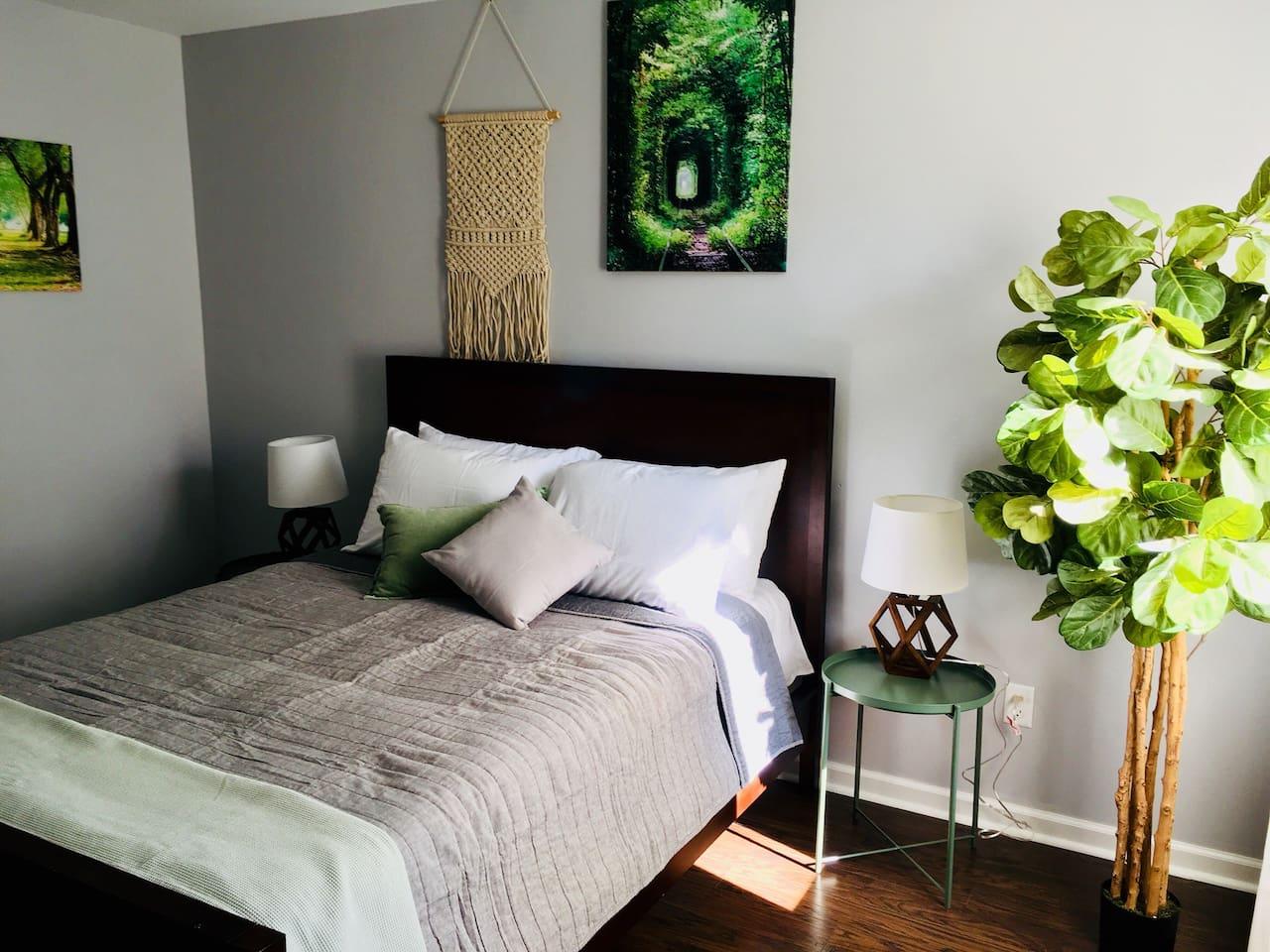 Large Bedroom - Queen size bed