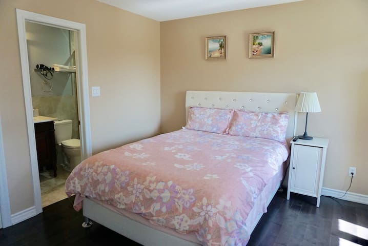 Comfortable room in Richmond Hill with in-suite