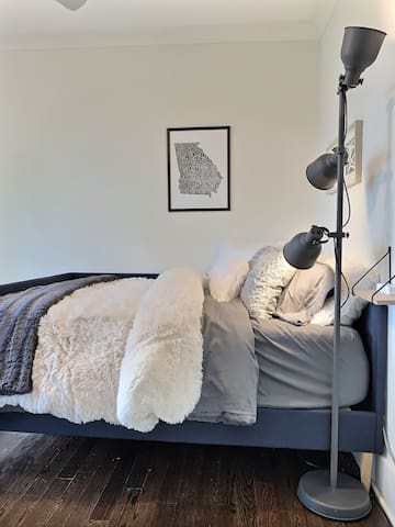 This full size day bed with Casper mattress and 4-inch plush topper will have you rested and raving about your sleep. The super-comfy pillows and double-duvet will have you feeling like you are sleeping on a cloud.