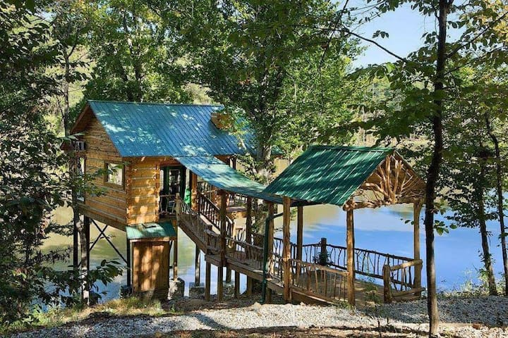 Custom Tree-Cabin on 20 Acre Private Fishing Lake