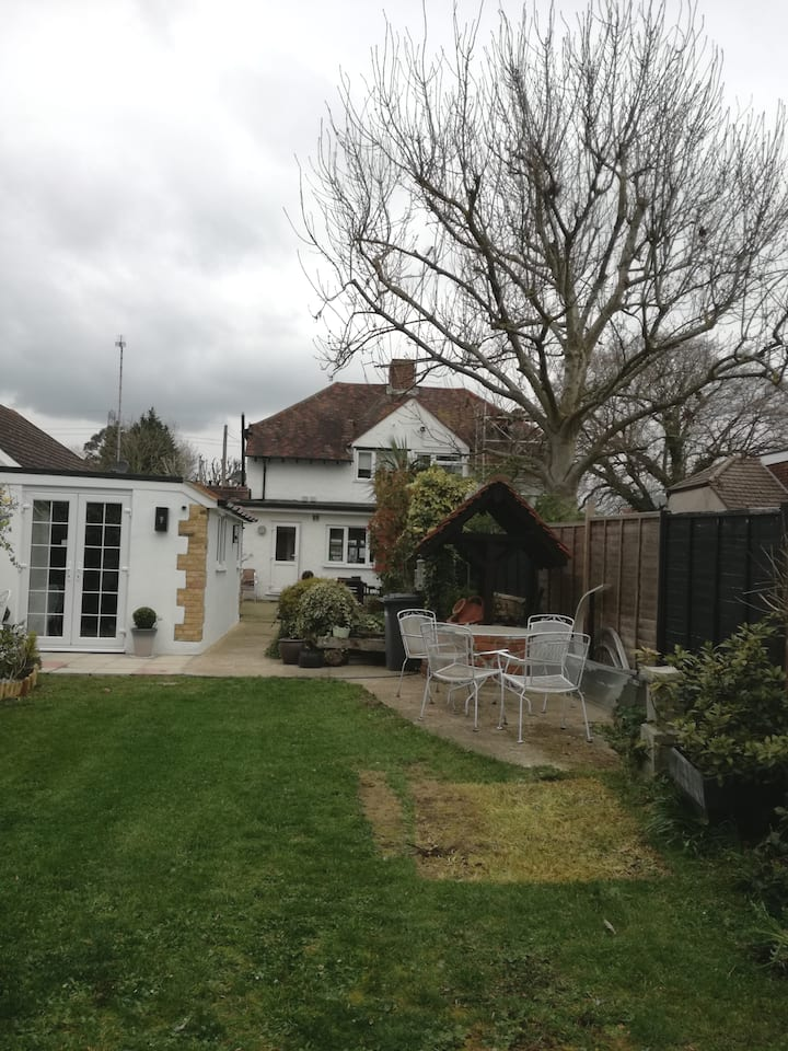 Luxury bungalow 2 miles to T5. 4 miles to Windsor