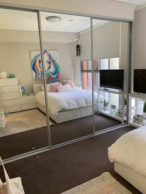 Zetland.Deluxe Main Bedroom Private Ensuite/POOL