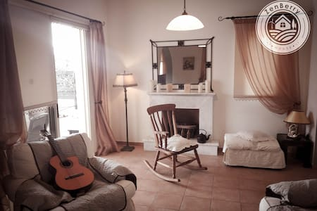 Pretty en suite Bedroom in Villa Near the Sea