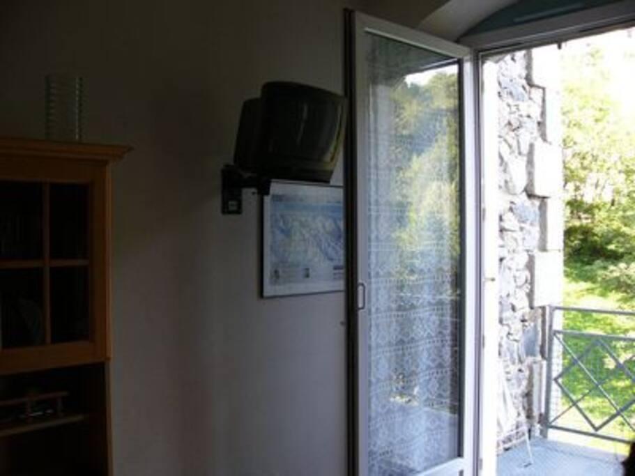on pivote sur la droite vers la fenêtre qui donne sur le balcon