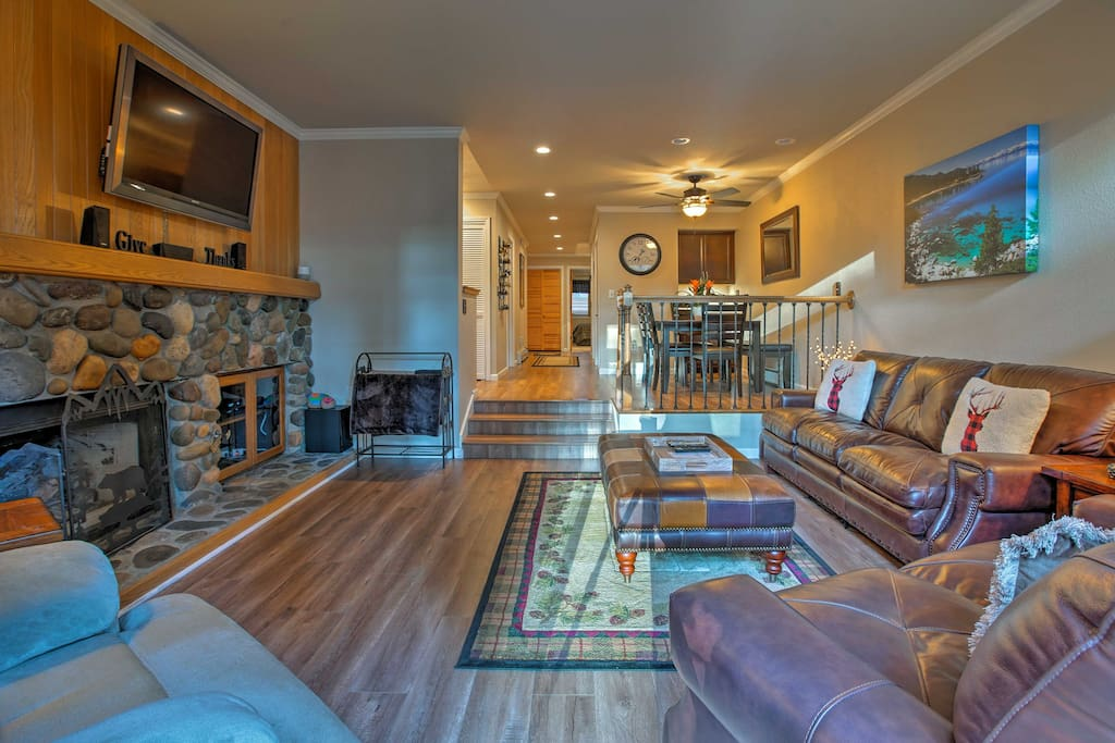 This spacious 1,100-square-foot unit comfortably sleeps 6 and features a rustic decor.