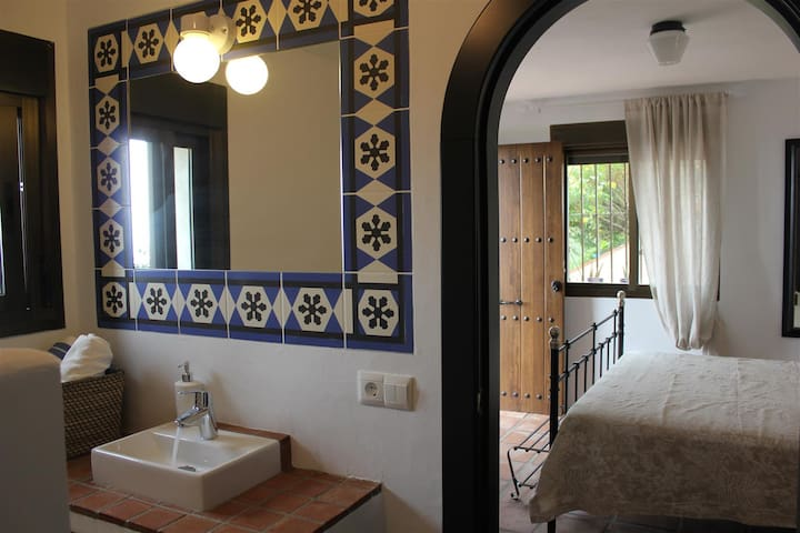 B&B - Room w King size bed - terrace w great VIEW