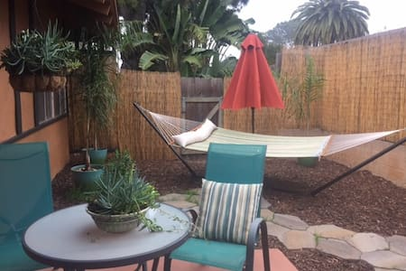 Carlsbad Village weekend getaway bungalow - คาร์ลสแบด