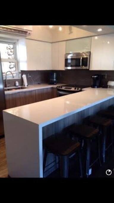 Breakfast quartz counter with 4 counter stools