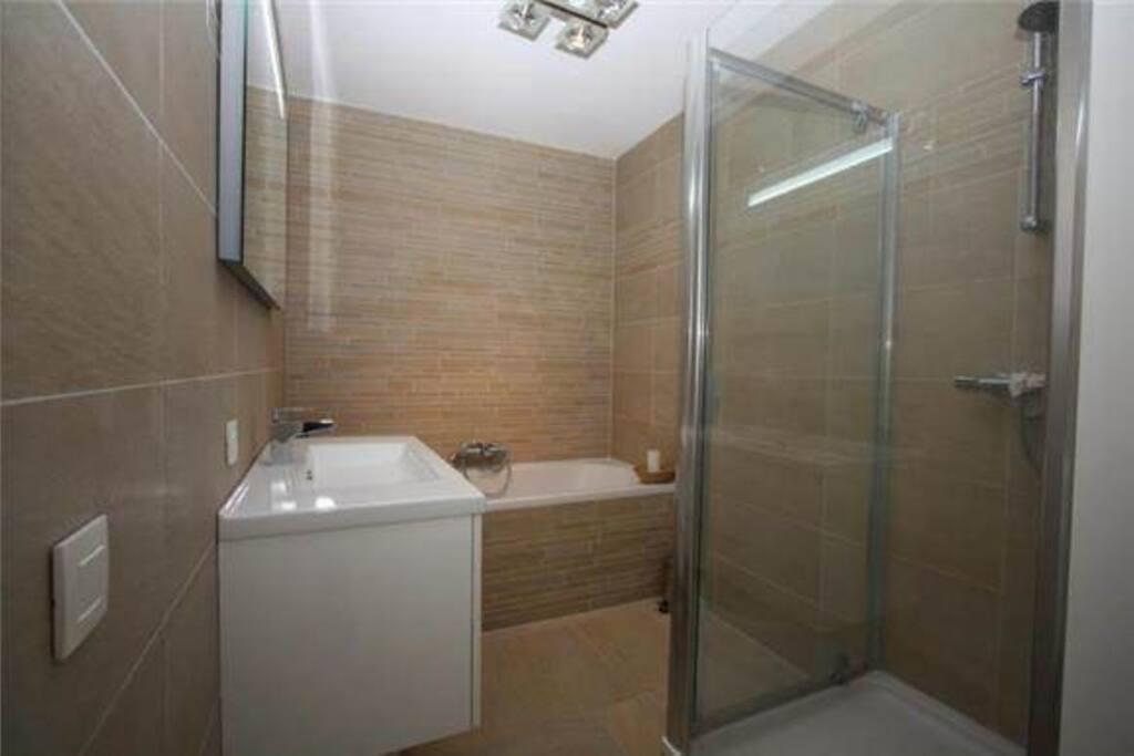 Luxe badkamer  met ligbad en aparte douchecabine