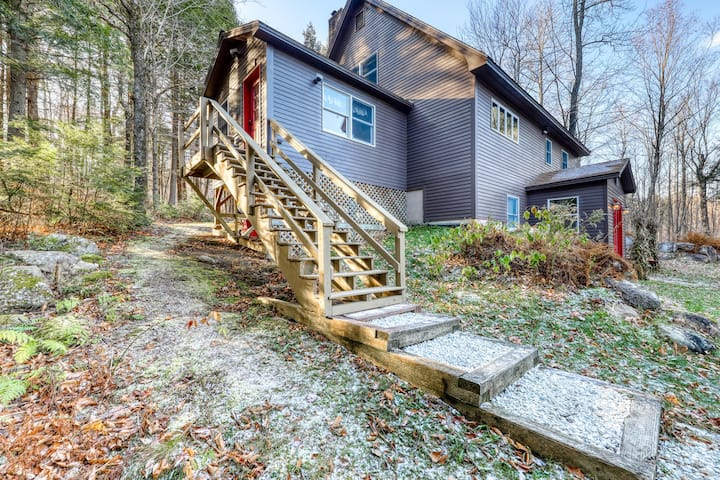 Gorgeous updated lodge w/wood stove, gas grill close to Sunday River Ski Resort!