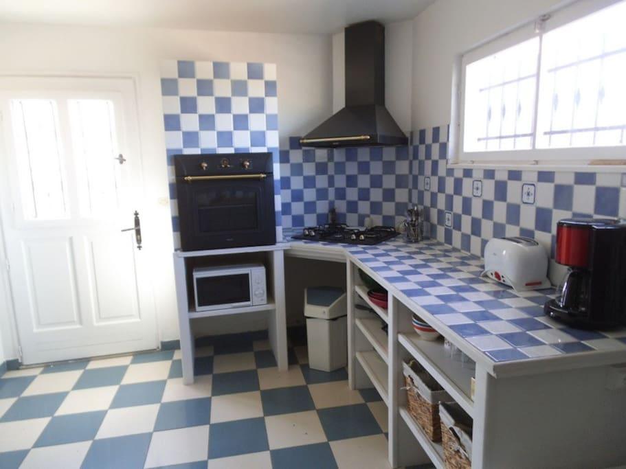 """Cuisine équipée, four, plaque, réfrigérateur congelateur """"arrière cuisine' cafetière, bouilloire......."""
