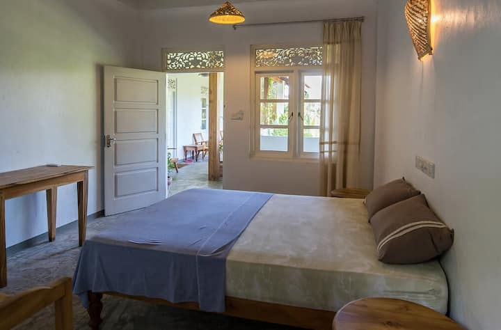 """Mirissa BnB"" (N6) clean bright AC room near beach"