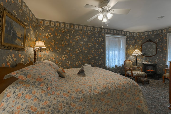 Drawing Room - The Candlelight Inn