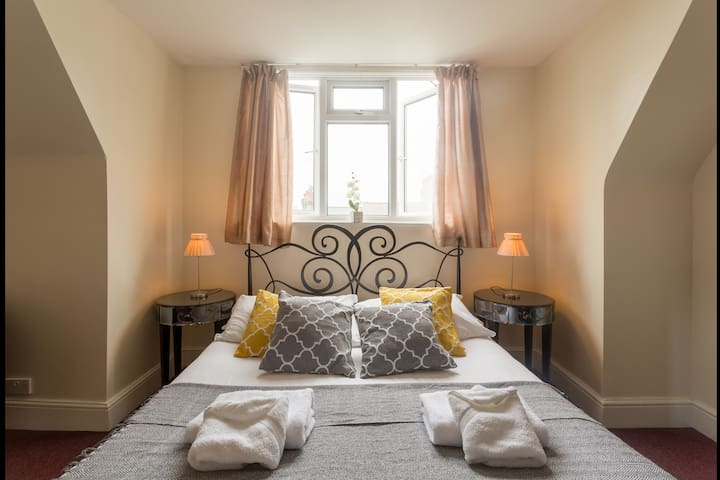 Spacious EnSuite DBL Room just 5 min Walk to Pier
