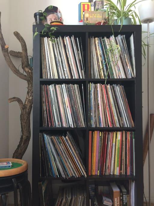 Une belle collection de vinyles est à votre disposition!