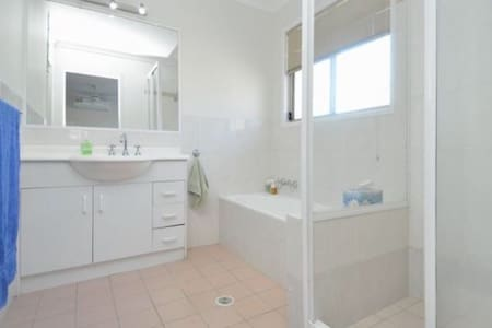 Private Cozy Room in central Gold Coast location - Mudgeeraba