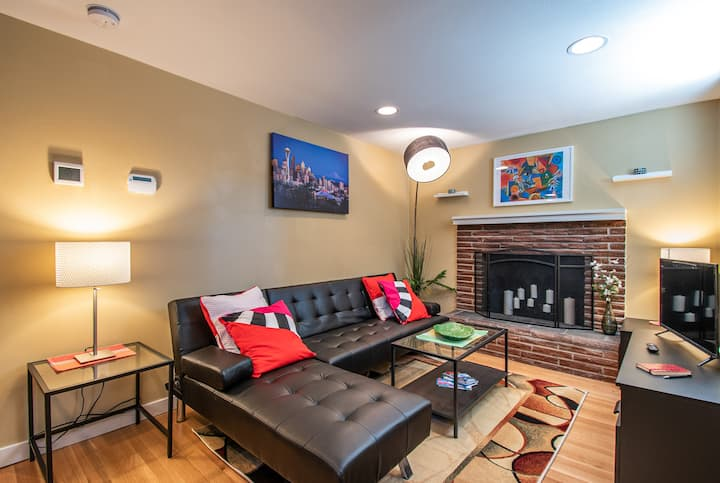 Enchanting one bedroom in Lower Queen Anne.