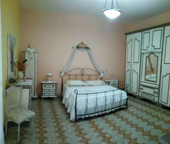 Camera 5 posti letto in alloggio a 900 metri dalla villa