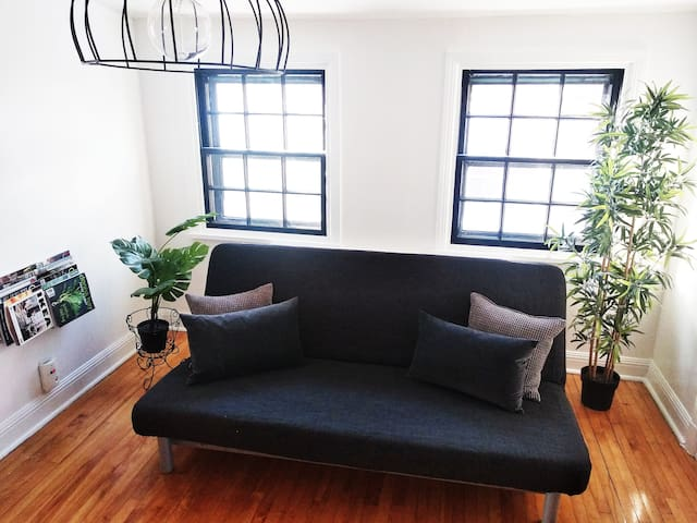 "RETRO APT/15"" TO MT ROYAL/PARKING/BALCONY/6 PEOPLE"