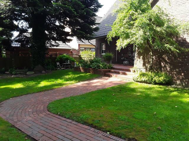 Der Weg zum  Raum  für Bilder , Garten,  gemeinsame Benutzung zur Terrasse . Eigene Sitzecke für die Gäste.