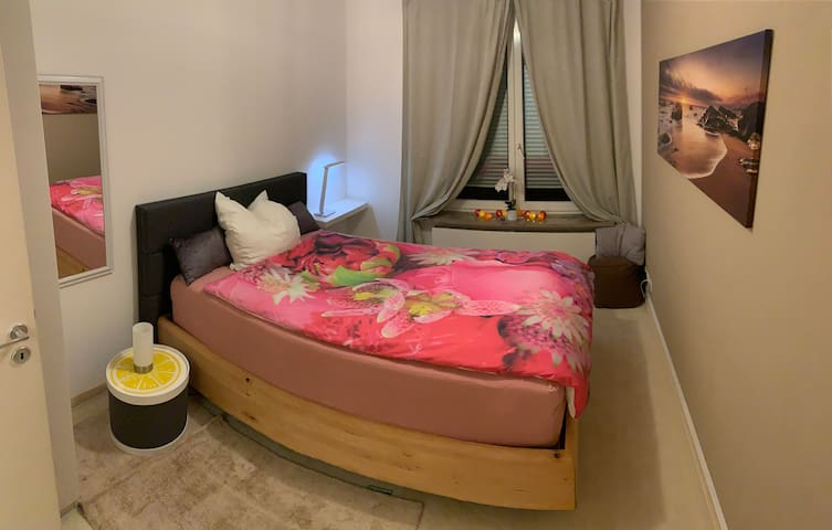 Ruhiges, gemütliches Zimmer mit TV, bequemes Bett