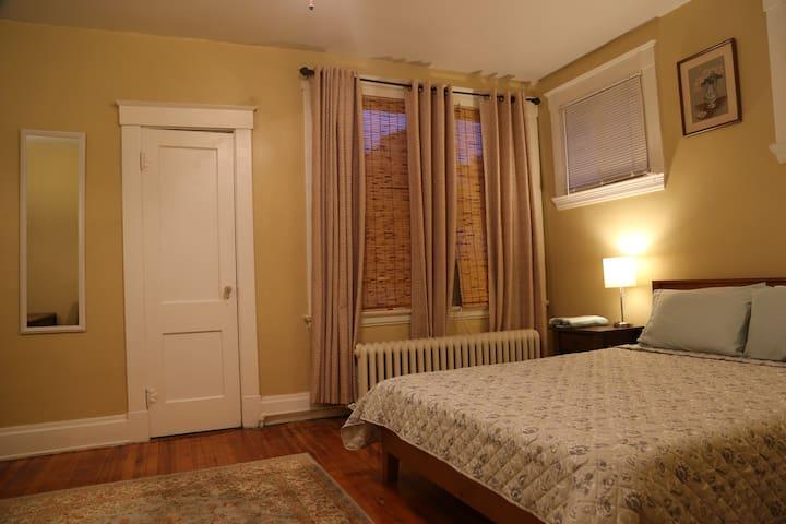 13. Cool bedroom right next to Cincinnati Zoo