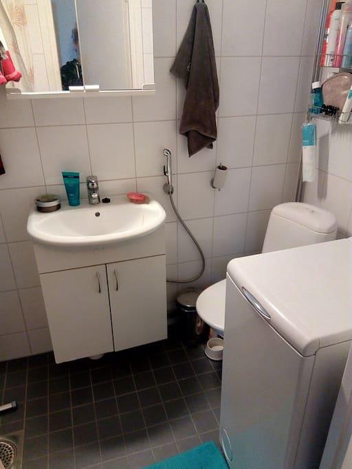 Kylpyhuoneessa pesukone