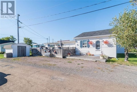 Seaside Cottage - Near Parlee Beach & Shediac