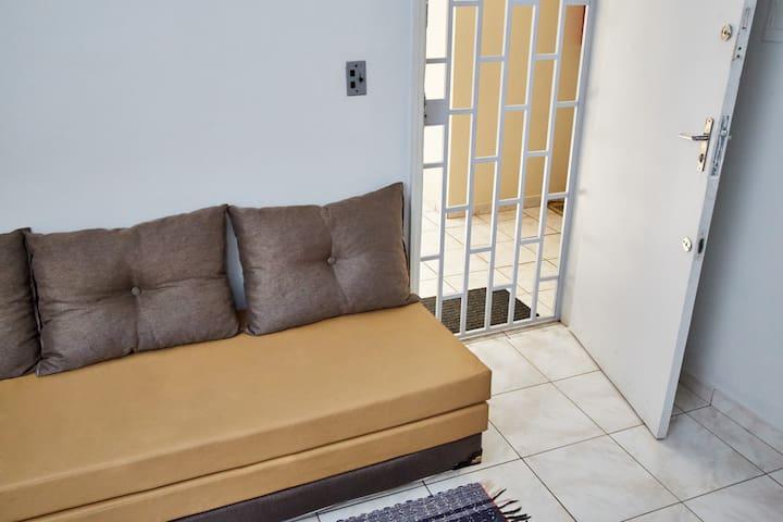 Porta de entrada, sala com sofa bi cama