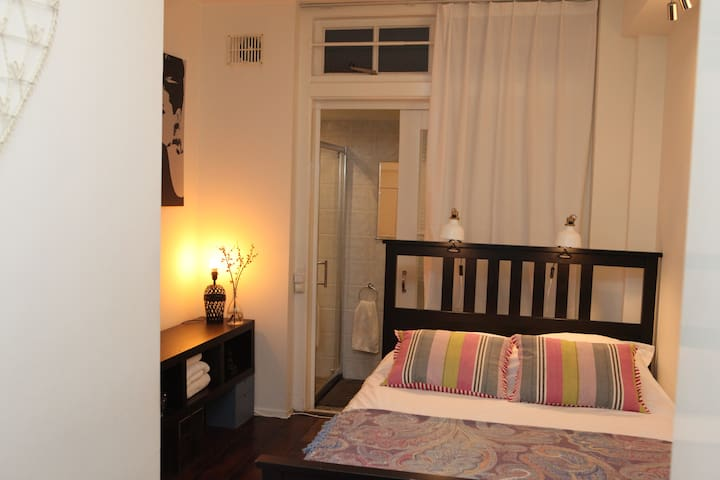 Cosy private room in canal house in heart of town