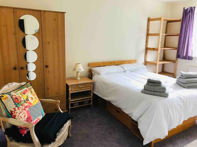 Double bedroom in Oxhey Hall, Watford