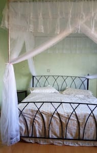Spacious guest wing with a large, green compund - Kampala - Guesthouse