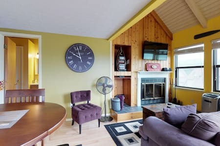 Cozy condo w/ amazing lake views in a great location - dog friendly!