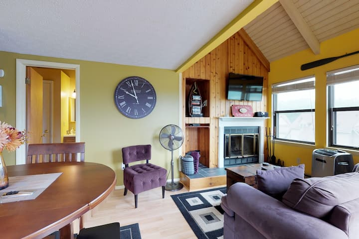 Cozy condo w/ amazing Deep Creek Lake views in a great location