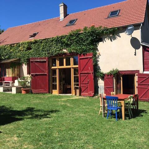 Comfortabel vriendenhuis met rust en ruimte:Nades - Nades - Cabaña