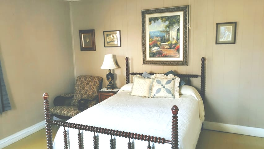 QUAINT SUNNY BEDROOM, 1/2 MILE FROM MTSU.
