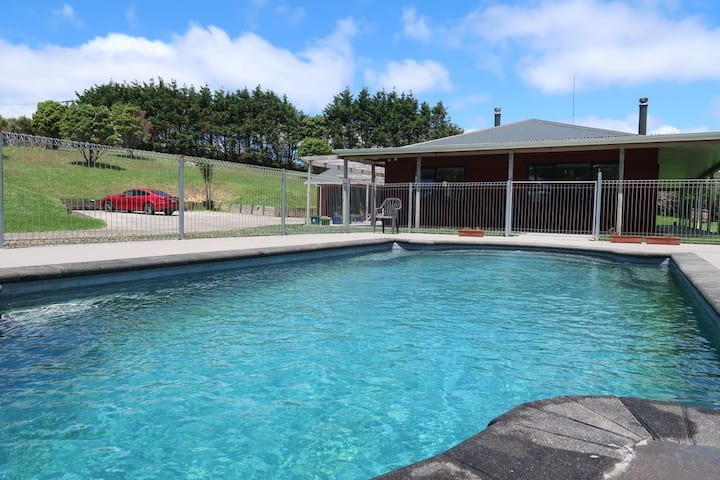 Stunning house with swimming pool in Helensville