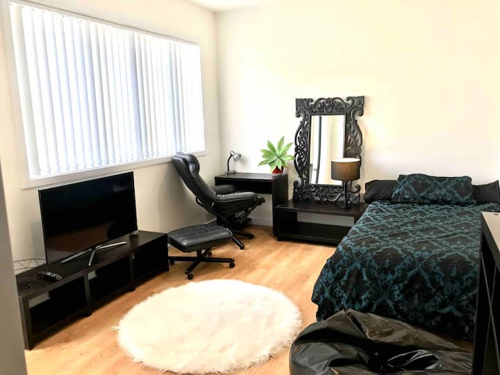 New Studio, Warm, Secure, Private & Healthy Stay!!