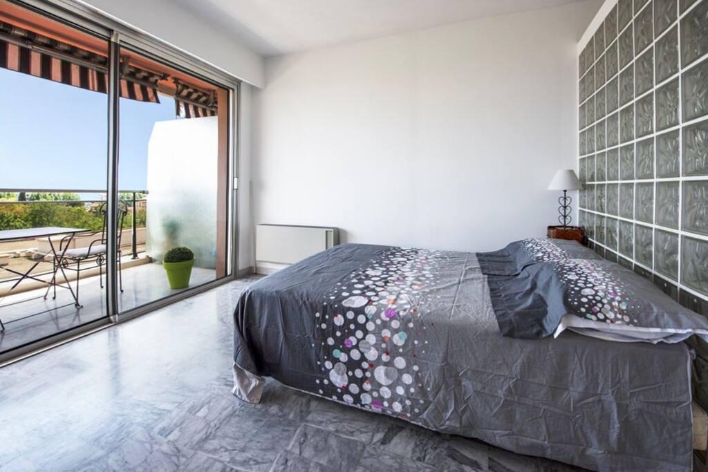Le coin nuit avec un lit en 140 x 190
