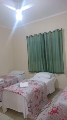 Quarto 2 - 3 camas de solteiro, com ventilador e arara