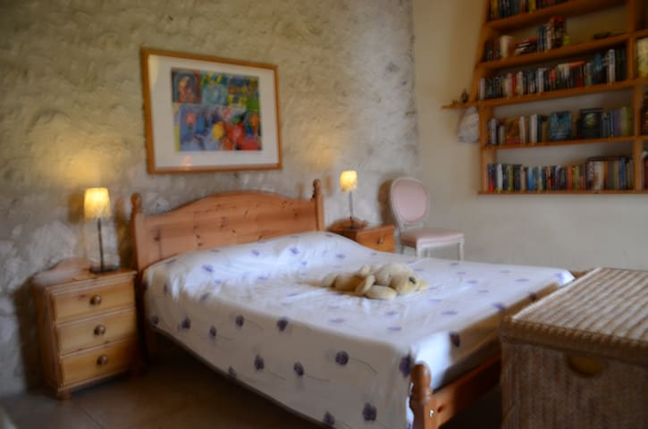 A Spacious Room in a Traditional French Cottage - Bonneville-et-Saint-Avit-de-Fumadières - House