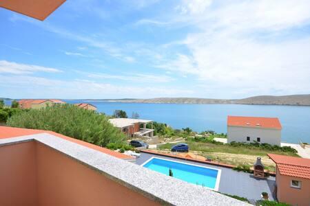 Appartamento con due camere da letto, al mare, a Vlasici - isola di Pag, Piscina all'aperto, Il balcone
